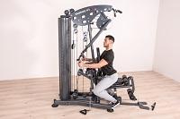 Avantage d'un appareil de musculation: le tirage horizontal vous permet de renforcer votre dos de manière ciblée