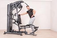 L'entraînement sur l'appareil de musculation avec le module d'extension de jambe entraîne la musculature antérieure des cuisses de manière optimale